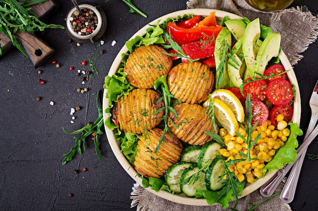 Ciotola di buddha vegetariano. verdure crude e patate al forno in ciotola. pasto vegano. concetto di cibo sano e disintossicante. vista dall'alto. disteso