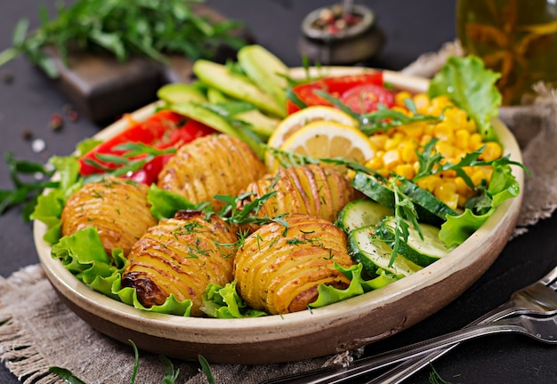 Ciotola di buddha vegetariano. verdure crude e patate al forno in ciotola. pasto vegano. concetto di cibo sano e disintossicante.