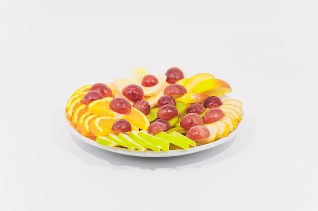 Ciotola di caesar salad tradizionale con pollo e pancetta isolato