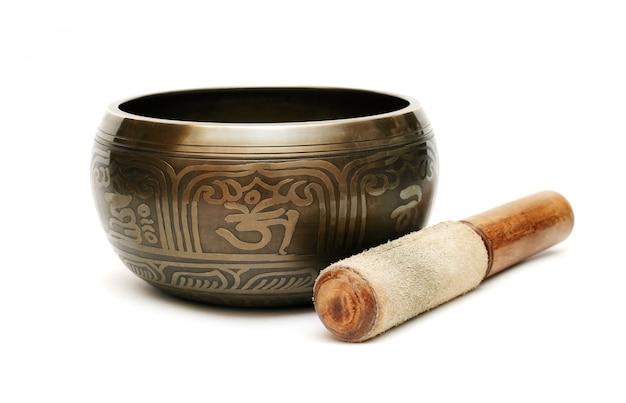Ciotola di canto tibetana isolata