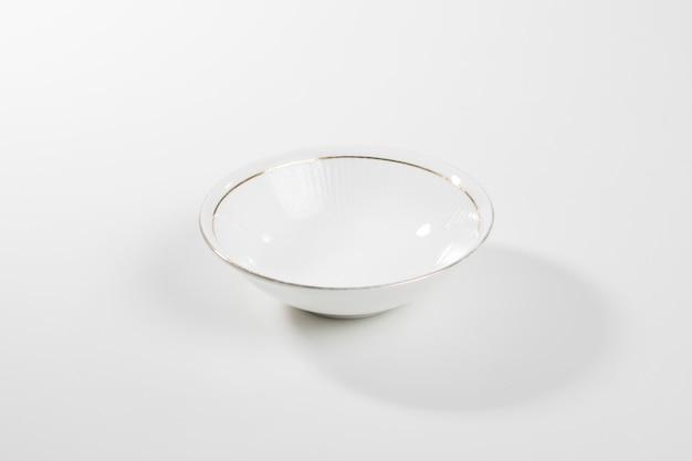 Ciotola di ceramica bianca isolata su fondo bianco con il percorso di ritaglio