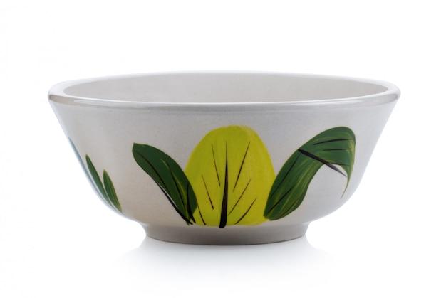 Ciotola di ceramica isolata su bianco