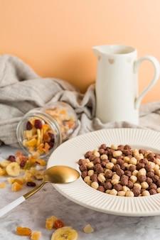 Ciotola di cereali ad alto angolo con frutta secca