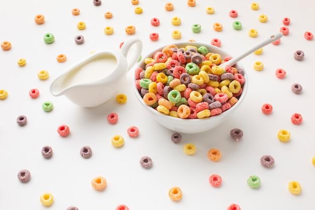 Ciotola di cereali primo piano con latte
