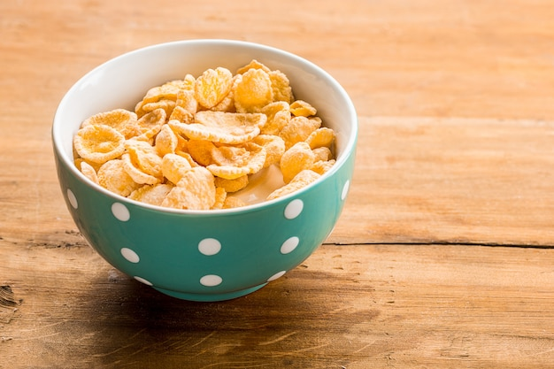 Ciotola di cereali sul tavolo di legno