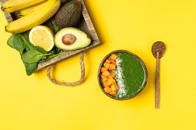 Ciotola di cocco con frullato di frutta verde
