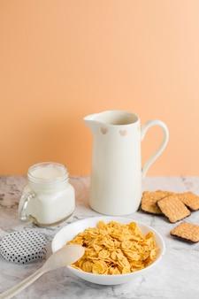 Ciotola di cornflakes ad alto angolo con yogurt