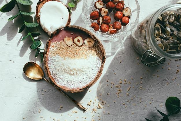 Ciotola di frullato di banana con fragole e semi
