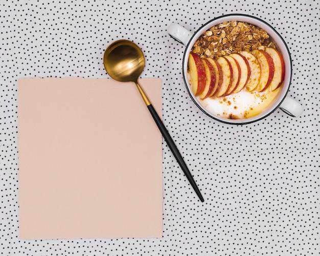 Ciotola di frutta accanto alla carta vuota