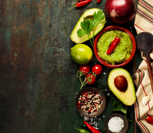 Ciotola di guacamole con ingredienti freschi