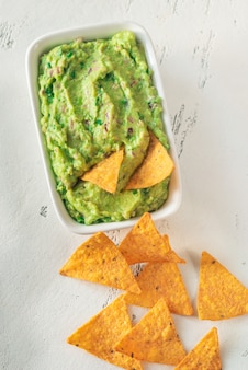 Ciotola di guacamole con tortilla chips