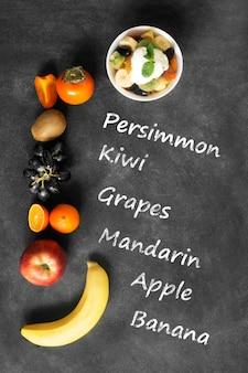 Ciotola di insalata di frutta fresca sana sulla lavagna nera