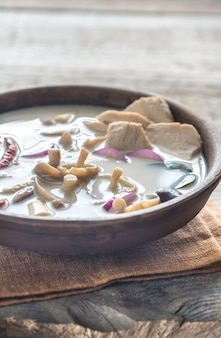 Ciotola di minestra tailandese di kha kai di tom