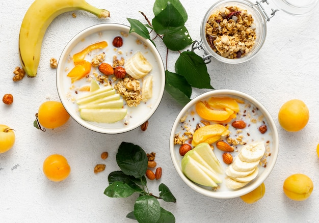 Ciotola di muesli con frutta, noci, latte e burro di arachidi