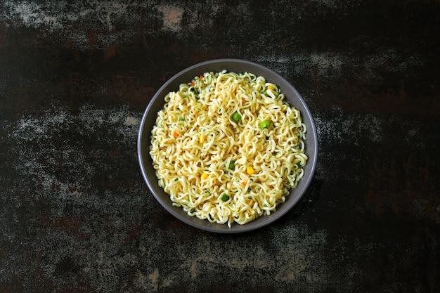 Ciotola di noodle. spaghetti cinesi. vista dall'alto