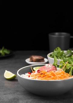 Ciotola di noodles con carote e copia spazio