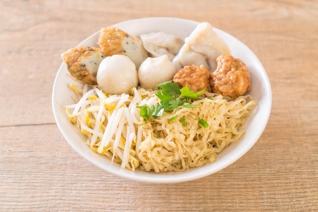 Ciotola di noodles con palla di pesce