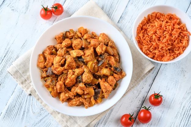 Ciotola di pollo al curry rosso