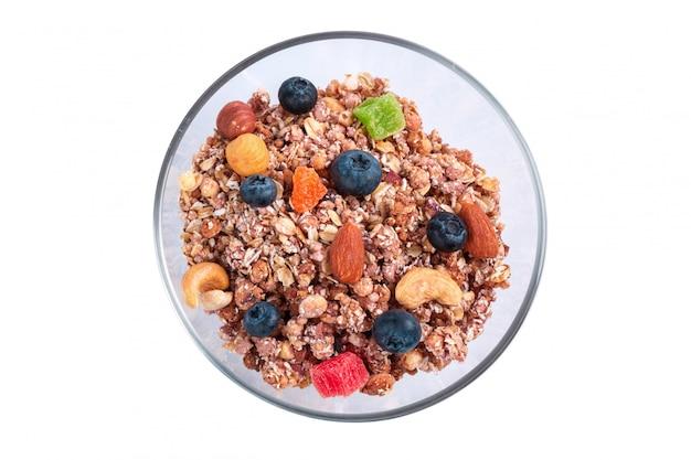 Ciotola di prima colazione del granola isolata su fondo bianco
