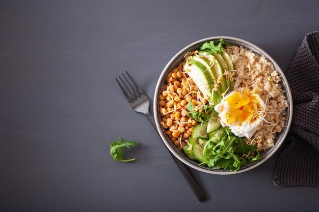 Ciotola di quinoa con uovo, avocado, cetriolo, lenticchie. pranzo vegetariano sano