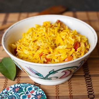 Ciotola di riso con il primo piano dei pomodori