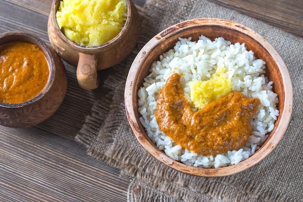Ciotola di riso con salsa al burro indiano e burro chiarificato ghee