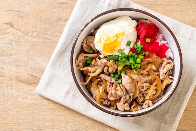 Ciotola di riso di maiale con uovo