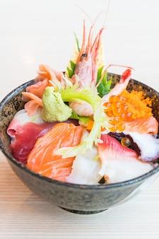 Ciotola di riso giapponese con frutti di mare sashimi in cima