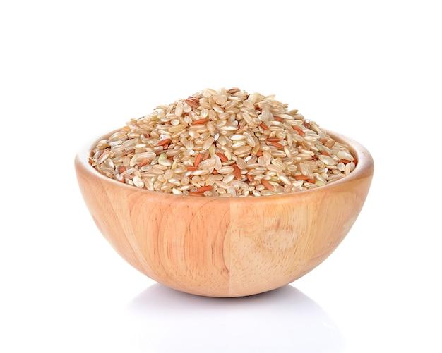 Ciotola di riso integrale intero isolato su bianco