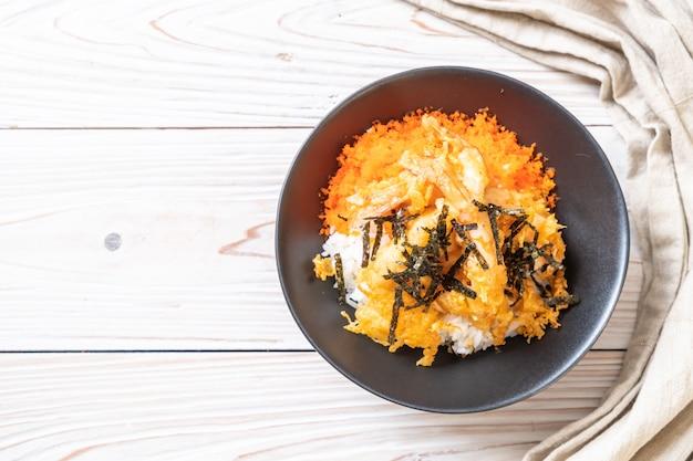 Ciotola di riso tempura di gamberi con uovo di gamberetti e alghe