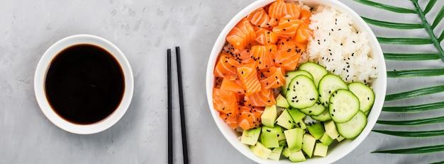 Ciotola di salmone con cetrioli, avocado, semi di sesamo e riso