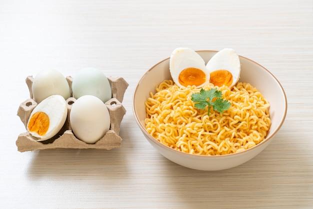 Ciotola di spaghetti istantanei con uovo salato