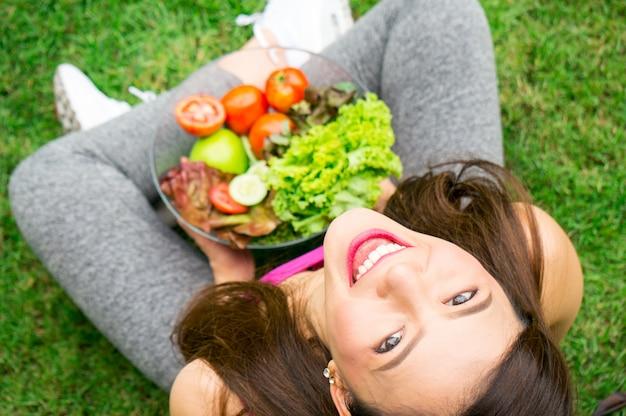 Ciotola di verdure della tenuta asiatica della donna di bellezza per salute con il sorriso