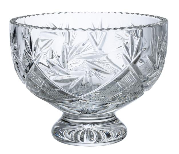 Ciotola di vetro vuota isolata su bianco