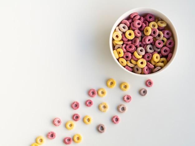 Ciotola di vista superiore dei cereali variopinti