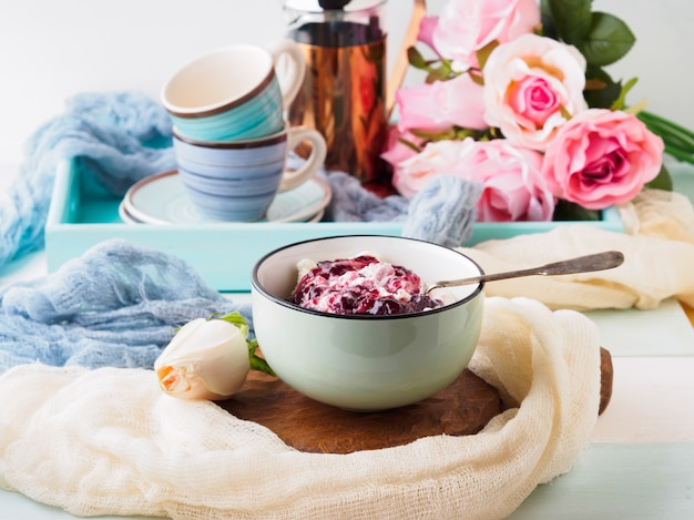 Ciotola di yogurt e quark con marmellata di frutti di bosco. colazione del mattino