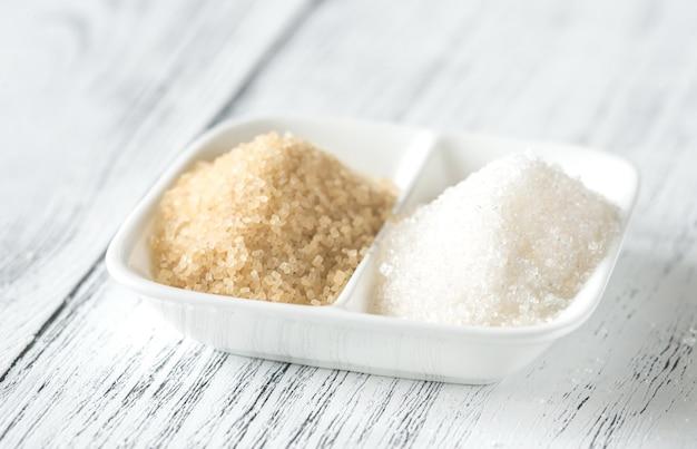 Ciotola di zucchero bianco e marrone