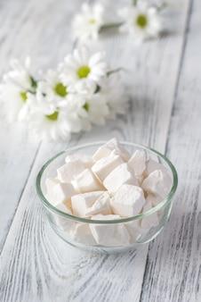 Ciotola di zucchero bianco in grumi