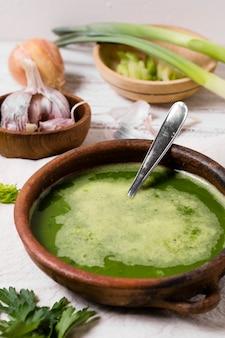 Ciotola di zuppa con aglio e prezzemolo