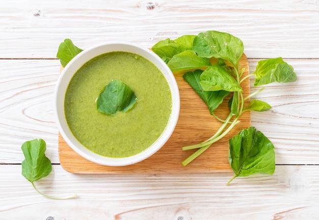 Ciotola di zuppa di spinaci