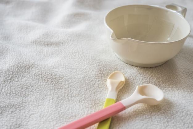 Ciotola e cucchiaio in bianco