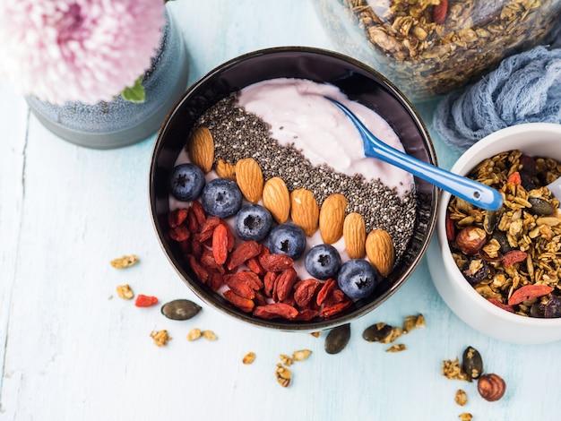 Ciotola frullato di yogurt con bacche, chia, granola
