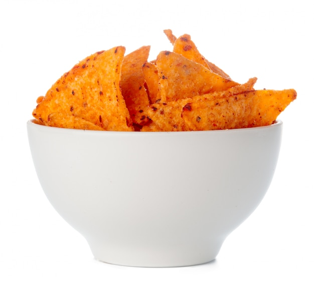 Ciotola in pieno di chip dei nachos isolati su bianco