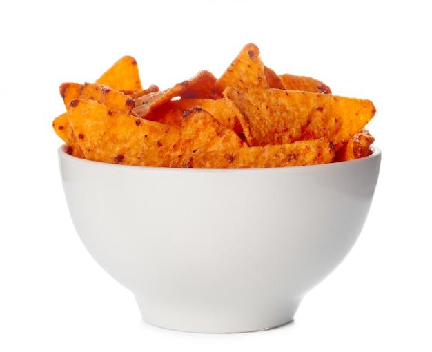 Ciotola in pieno di chip dei nachos isolati su fondo bianco