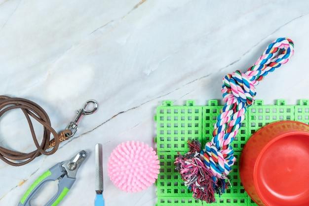 Ciotola per animali domestici, guinzagli e giocattoli per cani. concetto di accessori per animali domestici.