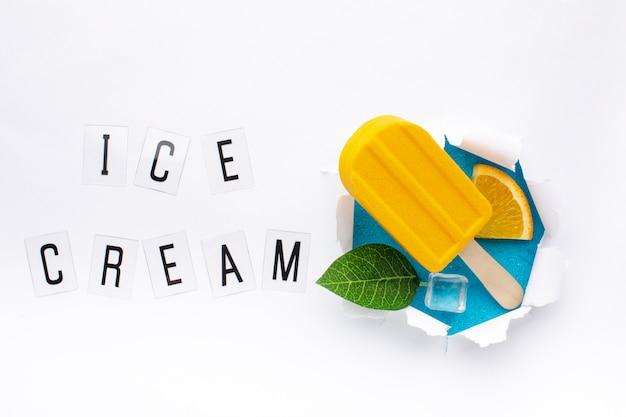 Ciotola piatta con gelato a cubetti