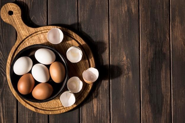 Ciotola piatta con uova e copia-spazio