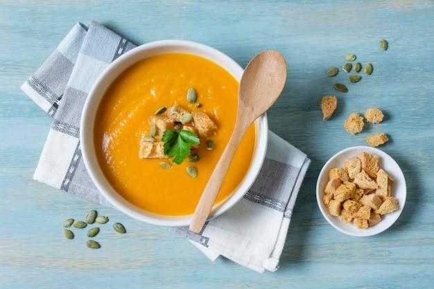 Ciotola piatta con zuppa di crema