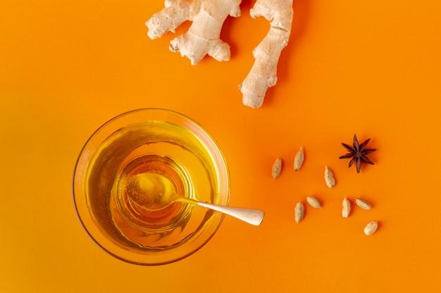 Ciotola piatta di miele e zenzero