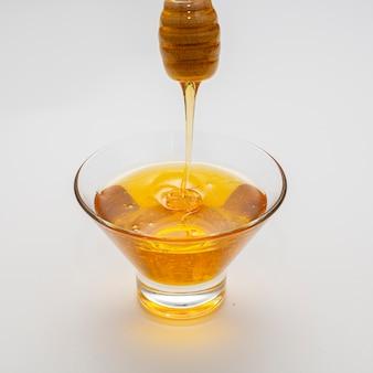 Ciotola piena di miele fatto in casa